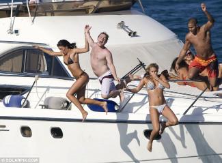 Photos de gens sautant d'un yacht